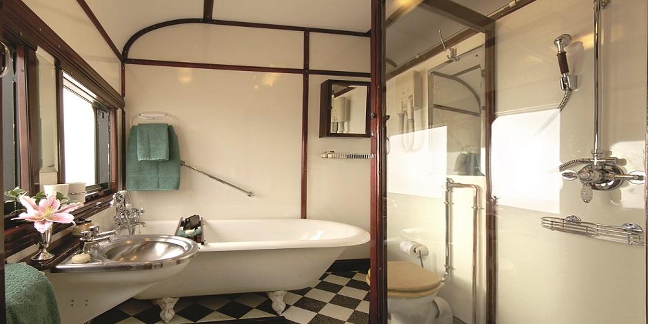 Salle de bain retro dans la Suite Royale du Train Rovos