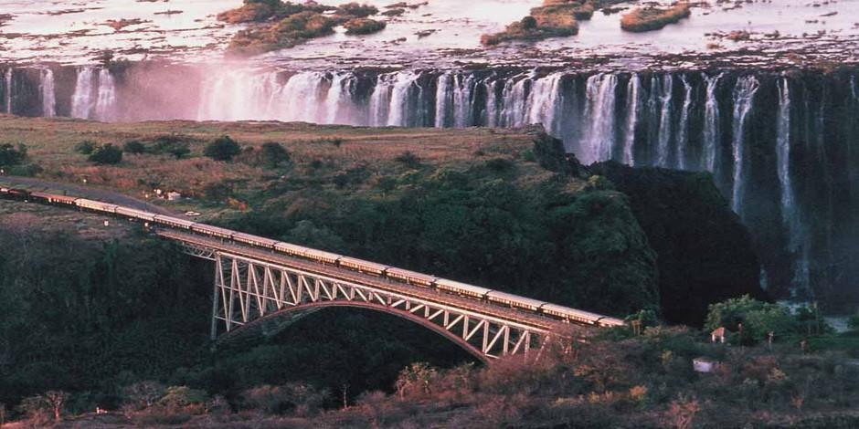 Train Rovos Rail sur le pont à côté de Victoria Falls