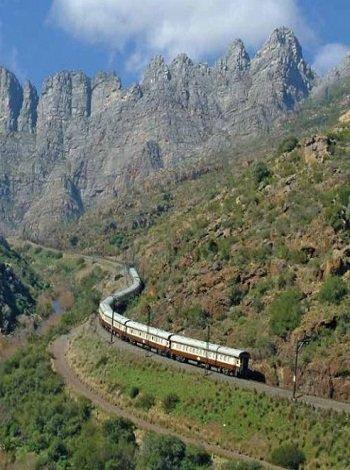 Train African Explorer en route dans les montagnes
