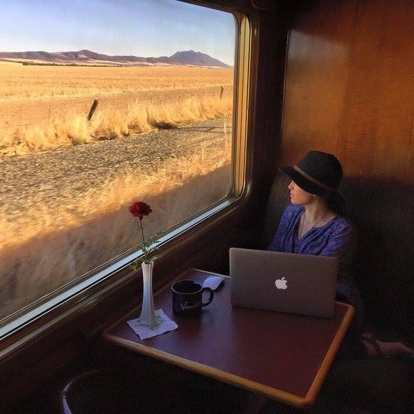 Dame dans compartiment Train Bleu