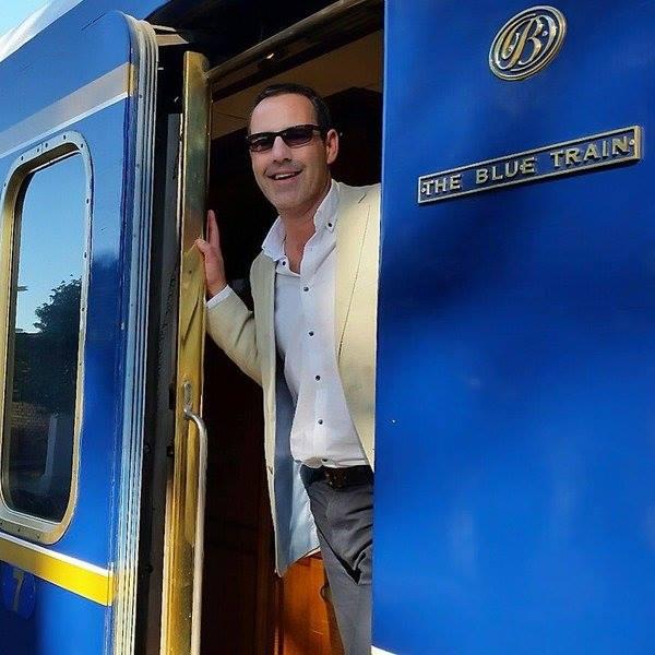 Train Bleu à quai avec passager